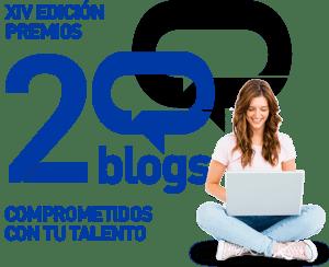 premios 20 blogs XIV edición Comprometidos con tu talento. foto de una mujer sentada en el suelo escribiendo en un portatil mientras sonríe