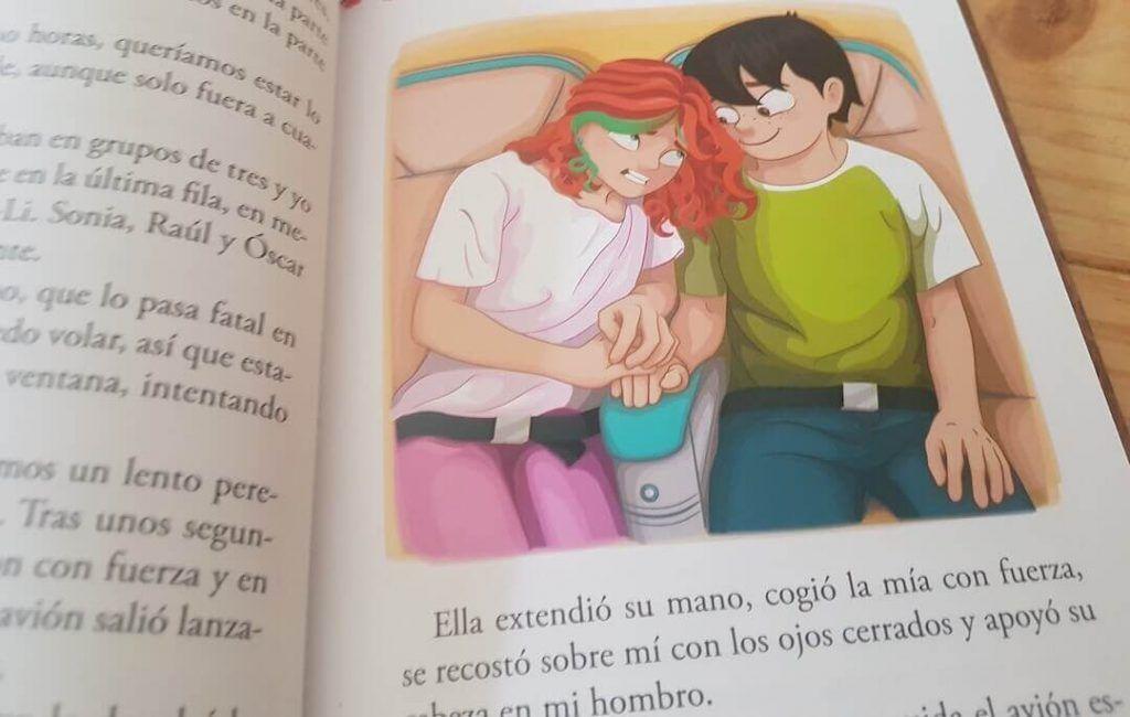 interior del libro de Txano y Oscar, con una ilustración de su protagonista sentado en el avión junto a su amiga Esmeralda, que le da la mano mientras él la mira sonriendo