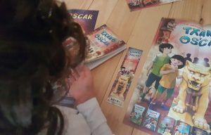 mi hijo de 6 años mirando el libro de Txano y Óscar
