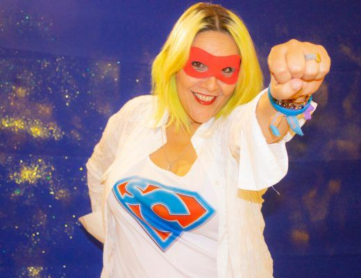 la presentadora de Supercapaces con antifaz