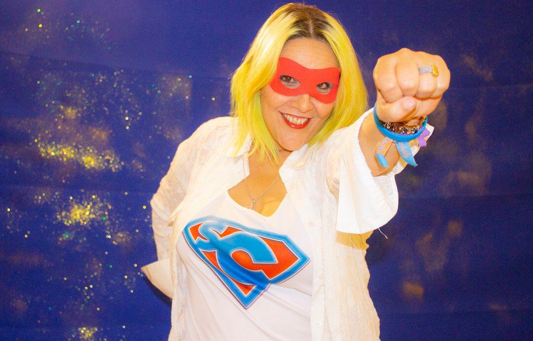 la presentadora de Supercapaces con antifaz