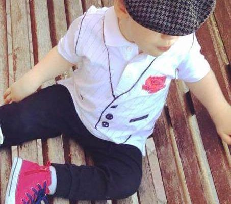 mi hijo con 3 años, disfrazado de chulapo madrileño sentado en un banco en la calle