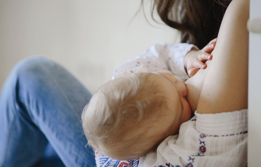 madre dando la teta a su bebé