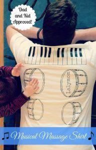 """hombre recostado boca abajo, con una camiseta que lleva dibujada en la espalda un piano y unos tambores. Se ven unas manos infantiles """"tocando"""" uno de los tambores."""