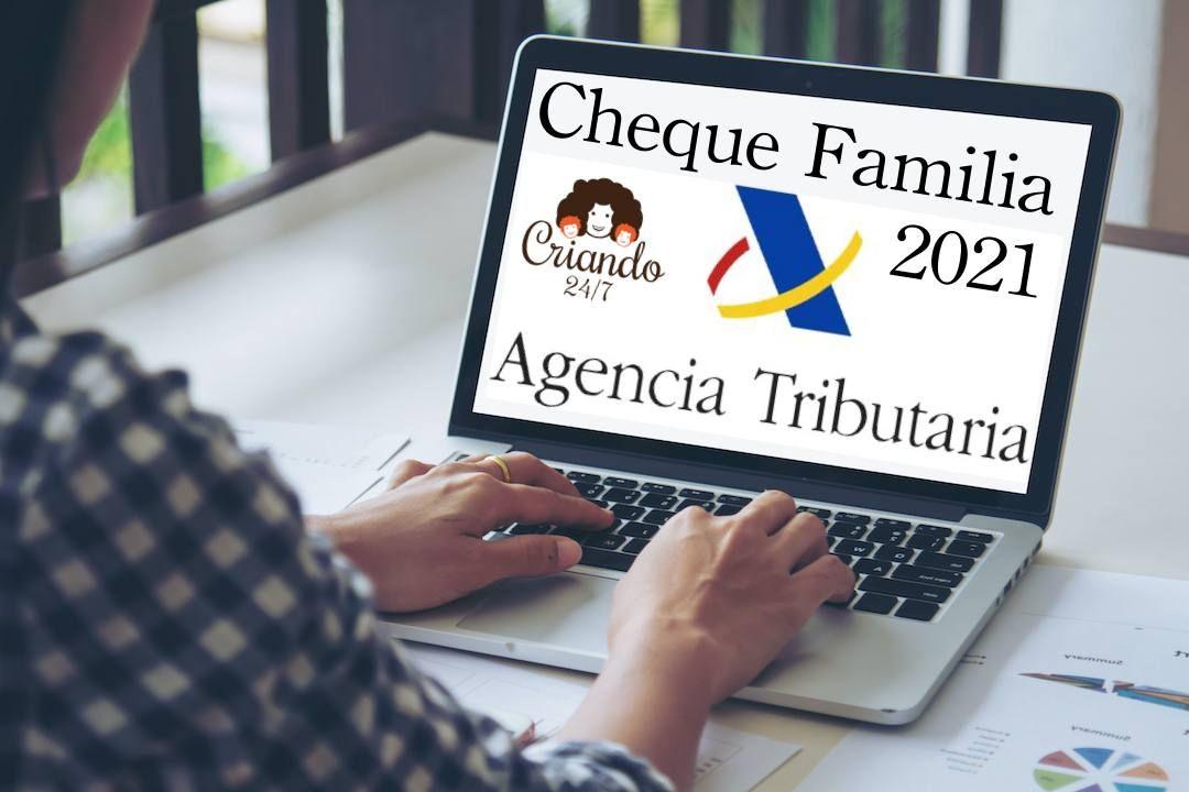 MUJER TECLEANDO EN UN PORTATIL. EN LA PANTALLA SE VE EL TEXTO CHEQUE FAMILIA 2021 AGENCIA TRIBUTARIA y el logo de Aeat junto al de Criando 24/7