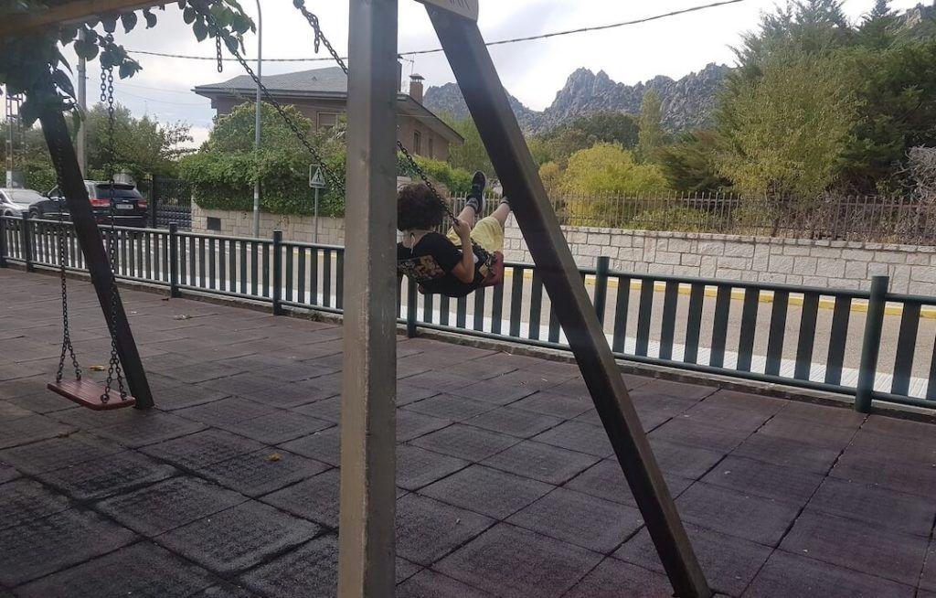 mi hijo de 6 años columpiándose en un parque del pueblo cuando organizábamos la mudanza