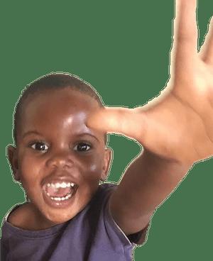 foto de Daniel, un niño pequeño sonriente con la mano levantada.