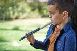 niño tocando una flauta flow con una sola mano