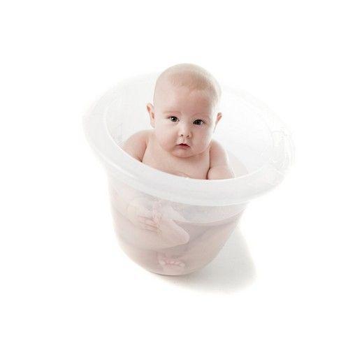 bebé dentro de una bañera anti colicos tummy tub
