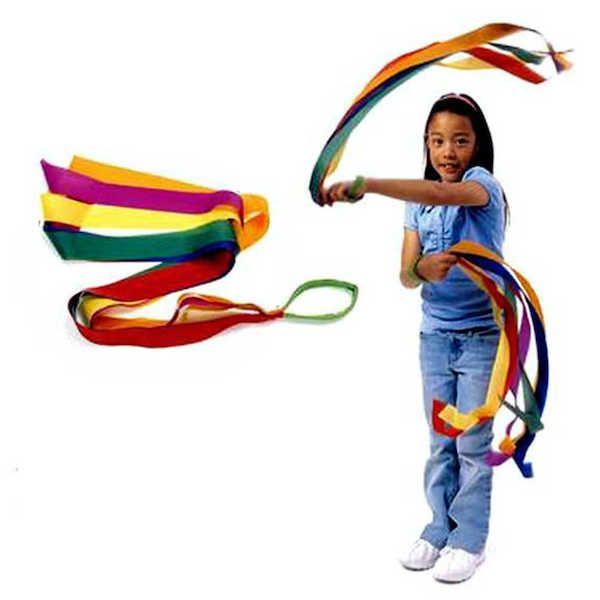 niña agitando cintas de colores con ambas manos
