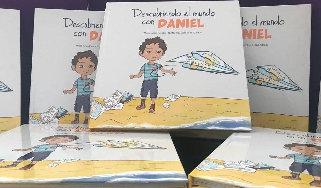 varios libros de Descubriendo el mundo con Daniel. En la portada un niño ilustrado lanzando un avión de papel.