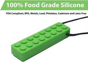 fidget en forma de pieza de lego verde de silicona, con cordon negro para utilizar de collar