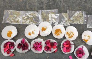 moldes de papel de madalenas, rellenos con curry o popurrí de rosas. Bolsitas ziploc pequeñas rellenas de orégano.